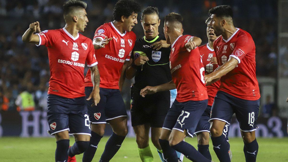 El árbitro Patricio Loustau expulsó a dos jugadores por cada equipo.