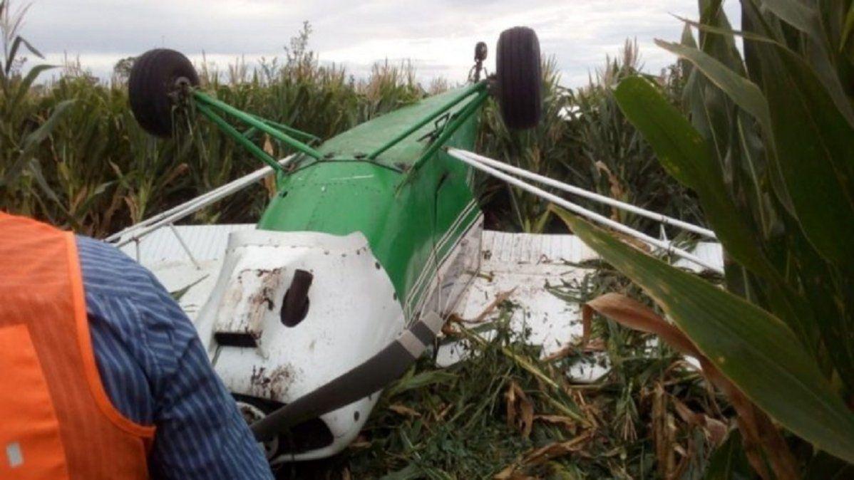 Una avioneta privada quedó invertida tras aterrizar de emergencia en un campo de maíz.