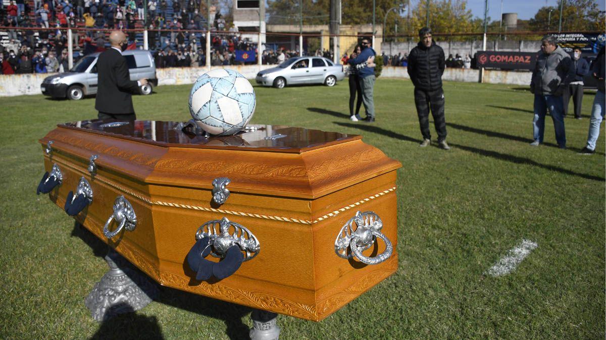 Los hinchas dieron el último adiós al Trinche Carlovich en el estadio de Central Córdoba.
