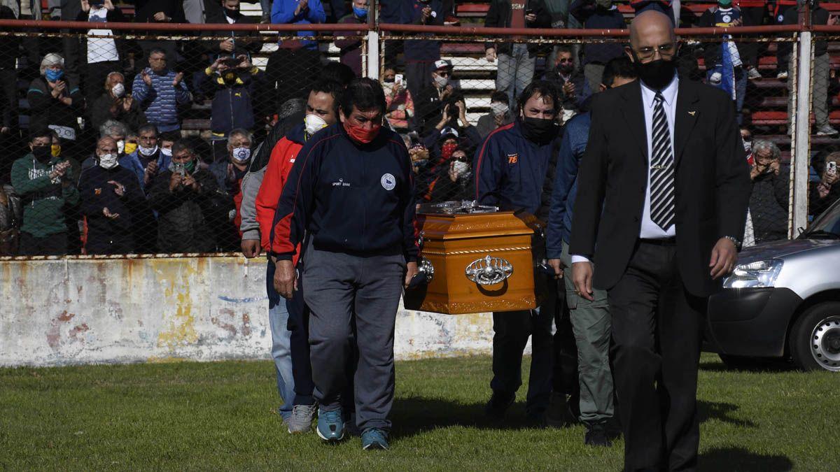 El cortejo fúnebre con los restos del Trinche pasaron por el estadio de Central Córdoba.