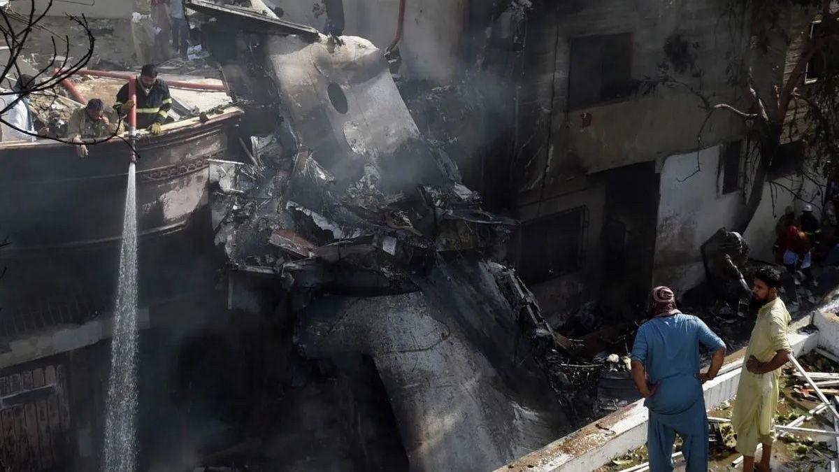 El avión se estrelló en una zona residencial