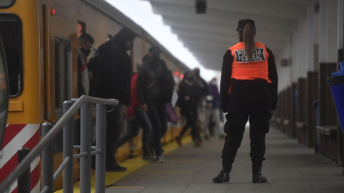 Unos de 2.500 efectivos participan del operativo en las estaciones de trenes.