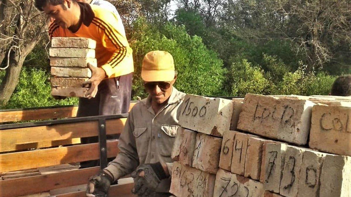 En las comunidades avanzan en la fabricación de ladrillos hasta que se reactive la posibilidad de construir.