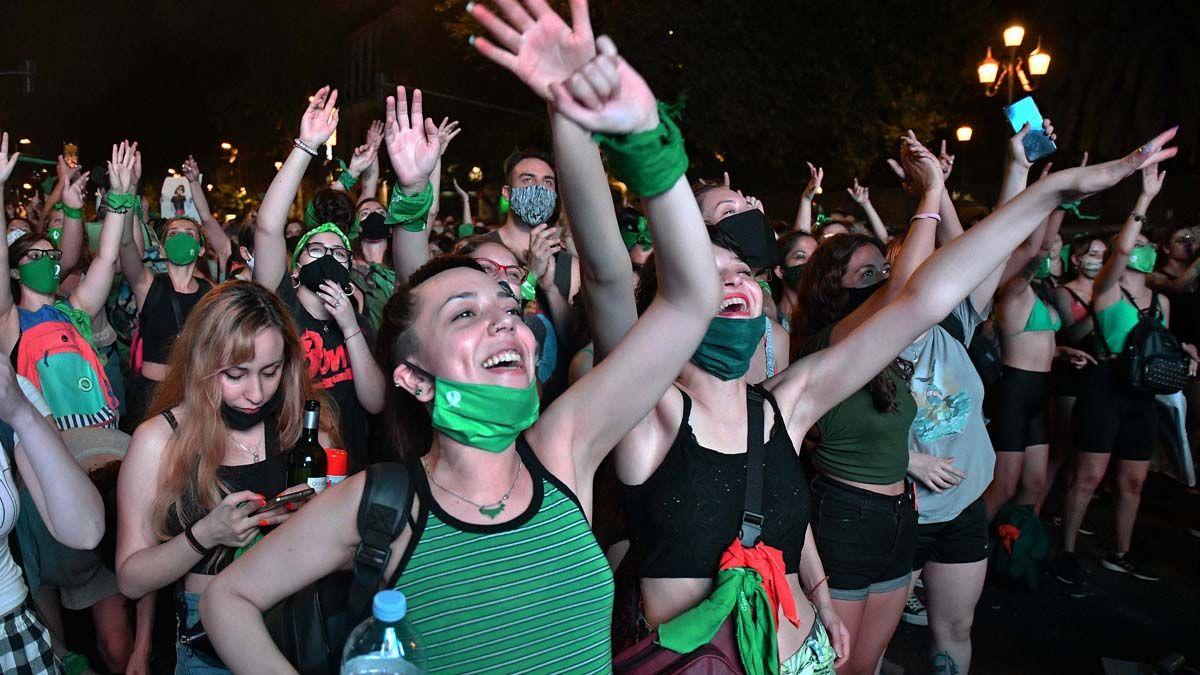 Festejos frente al Senado por la legalización del aborto.