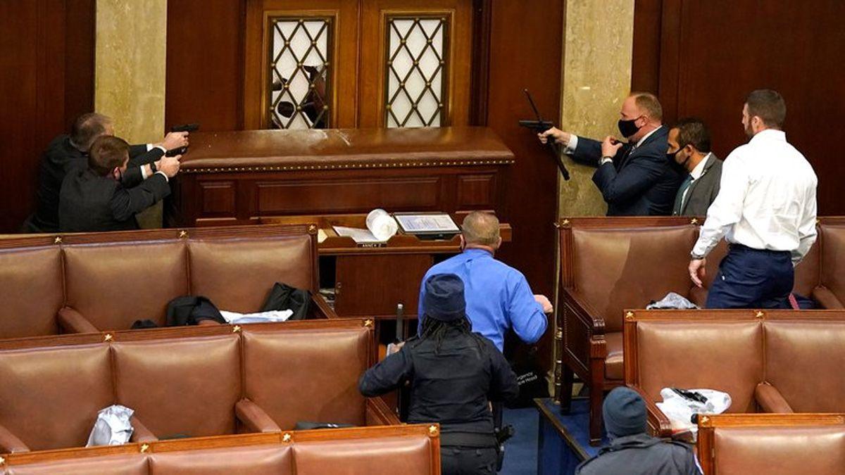 La policía del Capitolio apuntando contra los manifestantes.