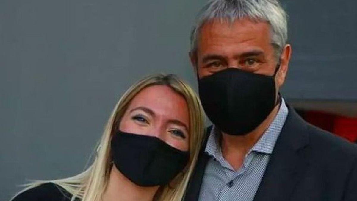 Jorge Ferraresi junto a la joven de 18 años que recibió la vacunación.