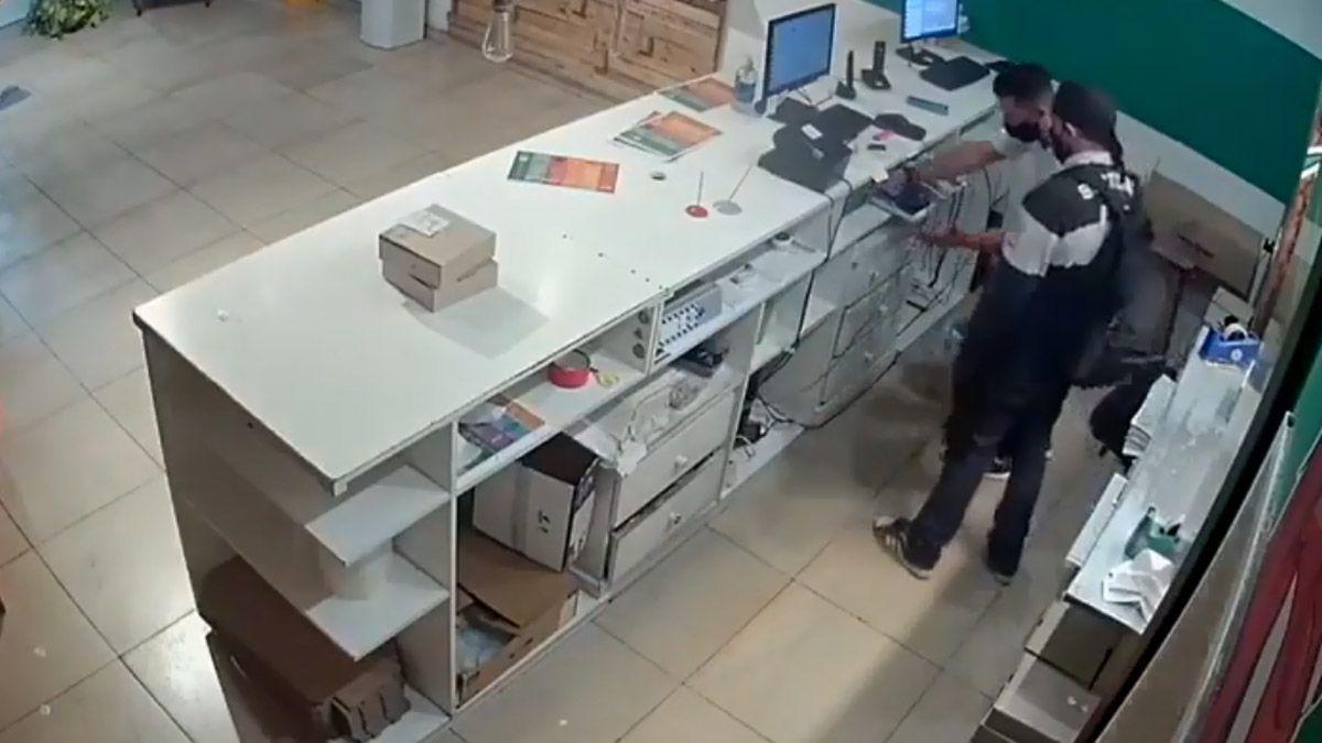Uno de los delincuentes entró al local de Castelar vestido de cocinero.