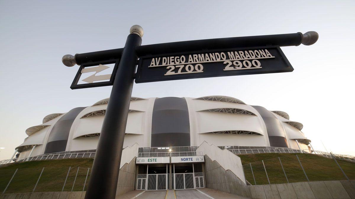 El nombre de Maradona quedó impreso en el nuevo estadio de Santiago.
