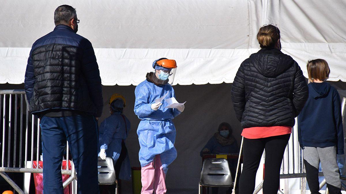 Los testeos comenzaron en el barrio y las escuelas adonde concurren los contagiados.