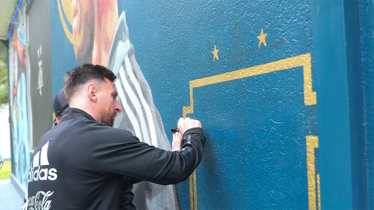 Lionel Messi estampó su firma en el mural.