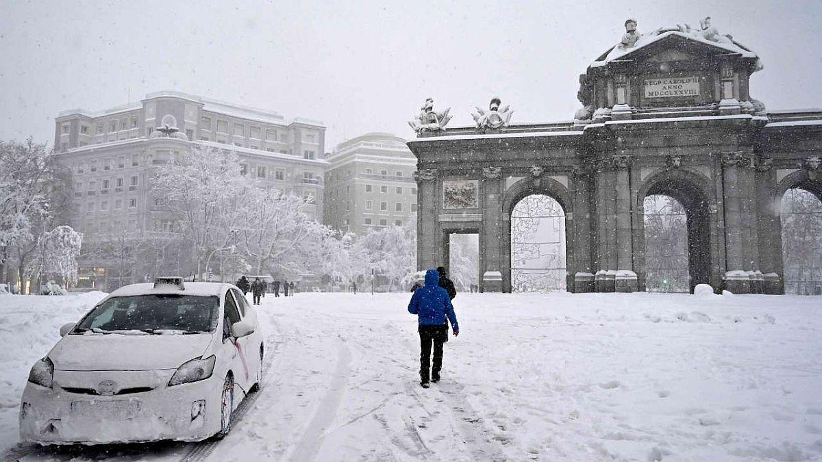 Madrid y el centro de España permanecen paralizados tras una histórica tormenta de nieve.