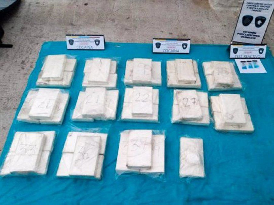 En el vehículo se encontraron 40 panes de cocaína y otros 100 gramos debajo de un asiento.