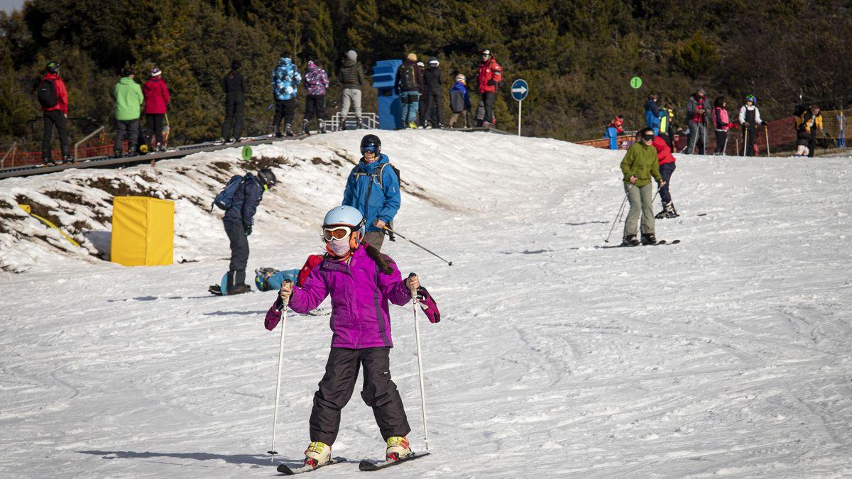 Con nieve técnica lograron cubrir la base del Cerro y esperan la llegada de nevadas.