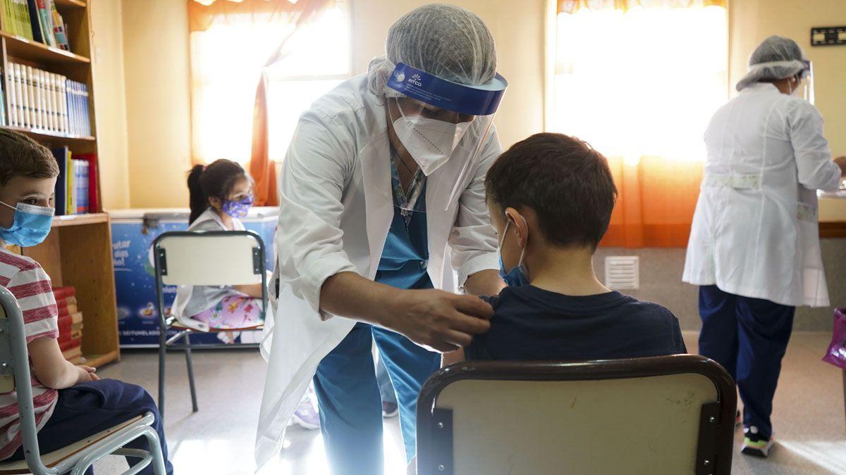 Miles de niños comenzaron a recibir la vacuna contra el coronavirus.