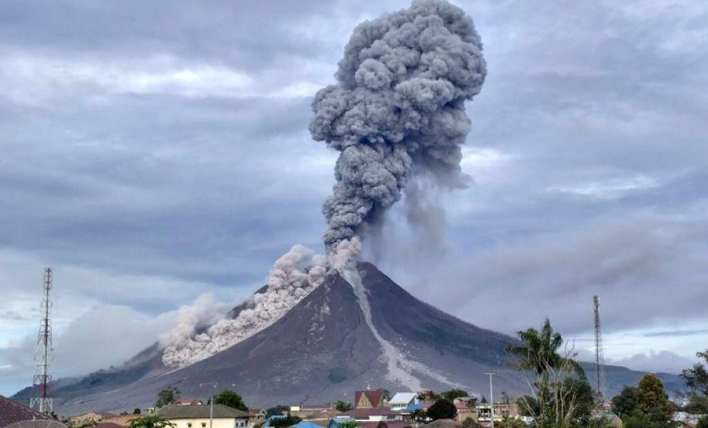 El volcán Sinabung ubicado en el norte de la isla de Sumatra
