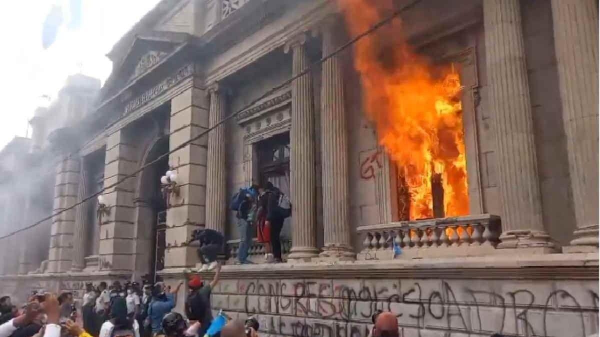 Un grupo de manifestantes incendió la sede del Congreso de Guatemala anoche.
