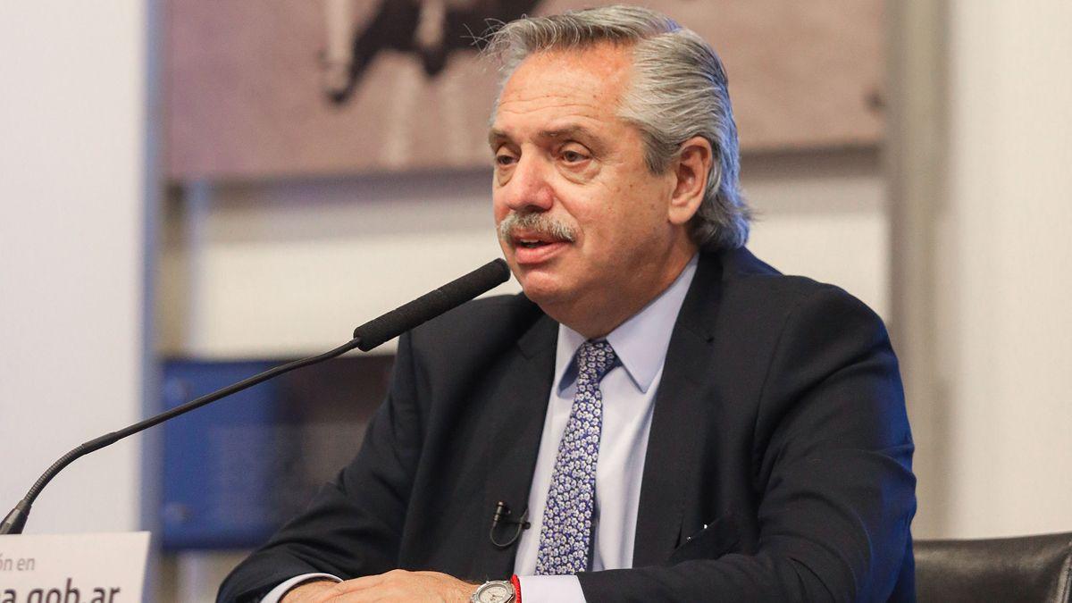 Fernández anuncia la ampliación del programa de becas universitarias