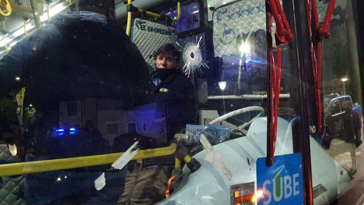 La policía efectuó dos disparos luego de forcejear con los asaltantes.