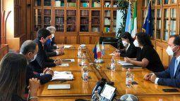 En el marco de su visita a Roma, para participar de la Cumbre de Ministras y Ministros de Salud del G20, la titular de la cartera sanitaria nacional, Carla Vizzotti, acompañada por el Embajador en Italia, Roberto Carlés, se encontró con su par italiano, Roberto Speranza.