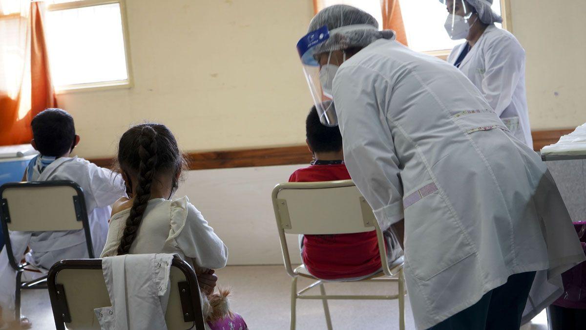 Los niños de 3 a 11 años son inmunizados con Sinopharm.