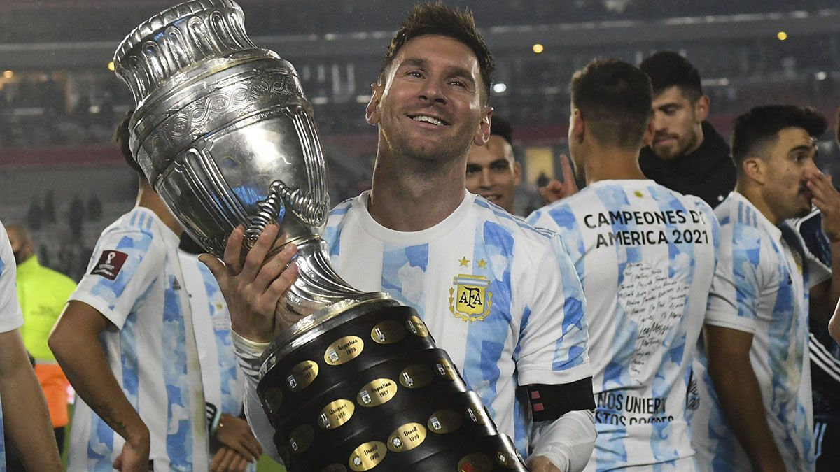 Messi exhibió la Copa en el Monumental.