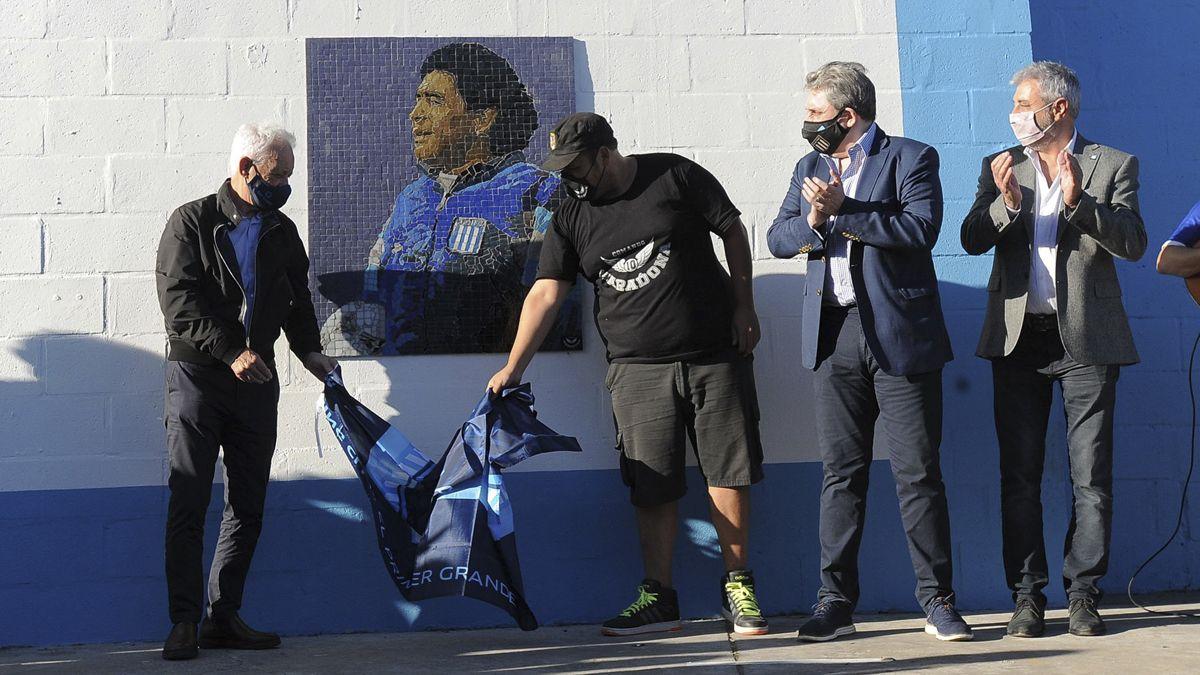 Racing descubrió un mural con la imagen de Maradona.