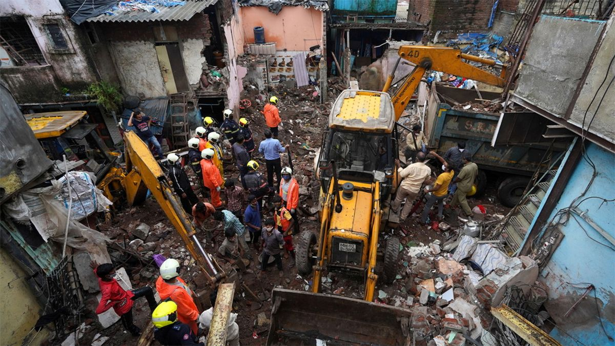 Los servicios de emergencia de Bombay retiran los escombros de una casa derrumbada en búsqueda de supervivientes
