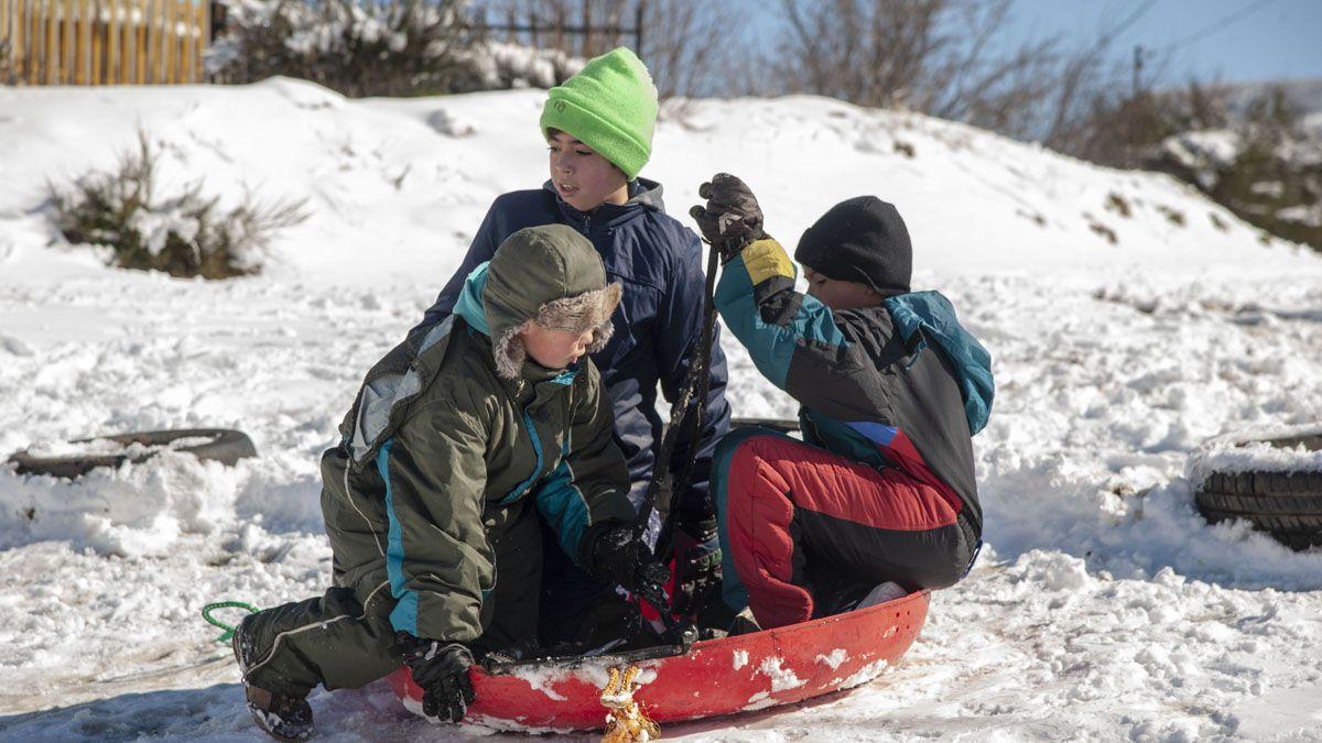 Los niños aprovecharon para divertirse en la nieve.